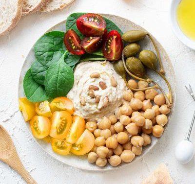 Frischer Hummus mit Pinienkernen