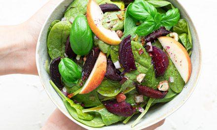 Salatbowl mit Spinat, roter Beete und Himbeervinaigrette