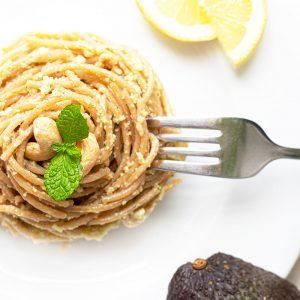 Spaghetti mit Cashew Avocado Pesto