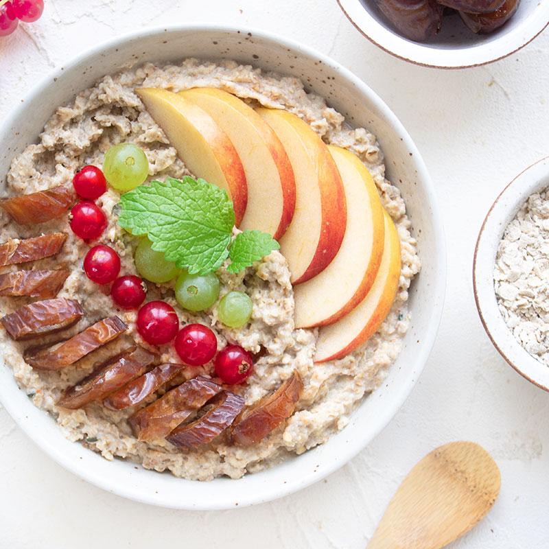 Porridge Bowl mit Datteln, Trauben und Vanille