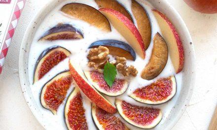 Naturjoghurt mit Herbstfrüchten