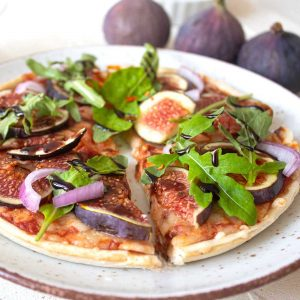 Dinkelpizza mit Feigen und Rucola