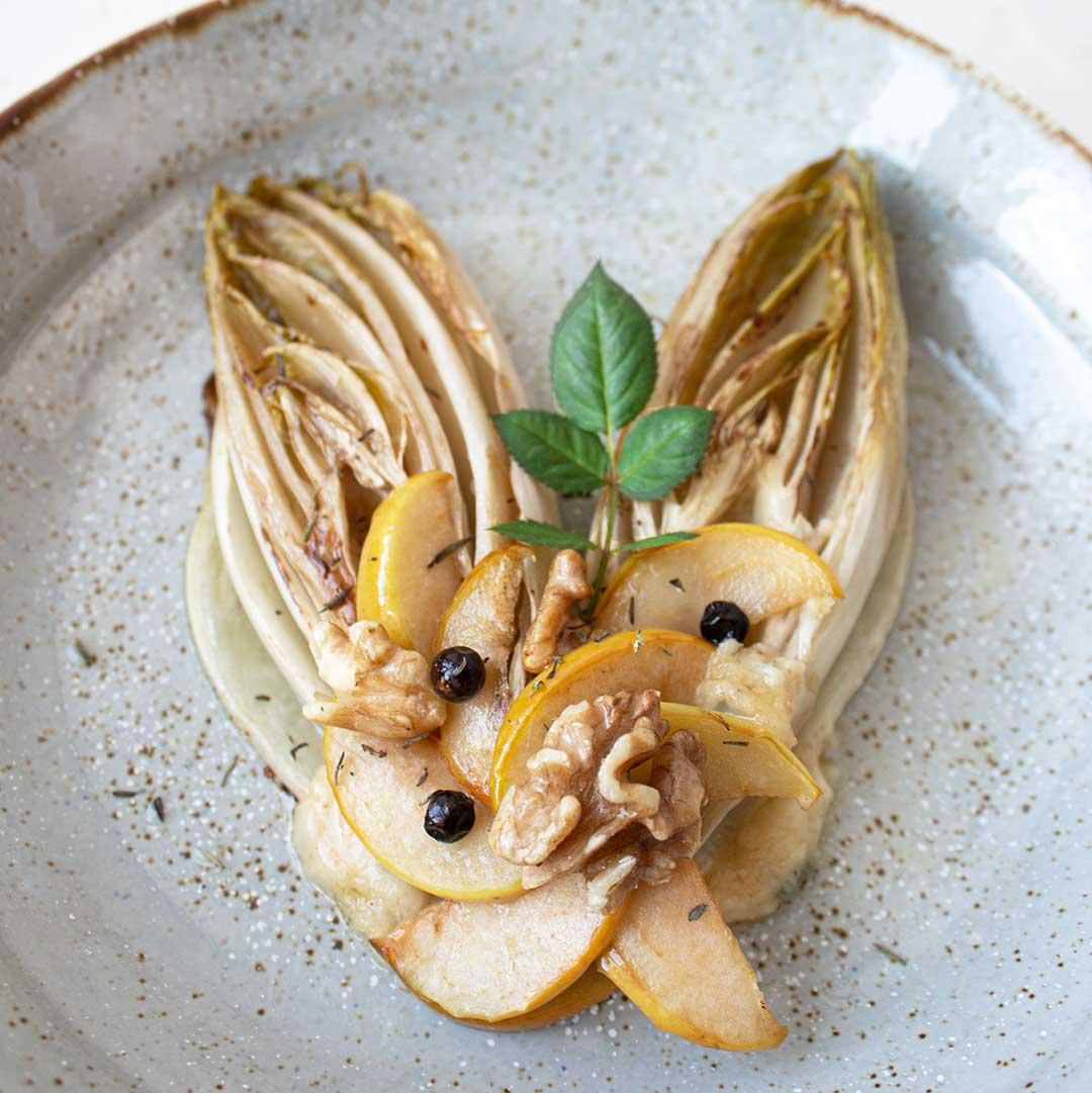 Gegrillter Chicorée mit Apfel und Blauschimmelkäse