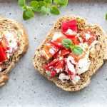 Crostini mit Schafskäse und Paprika