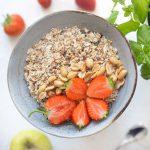 Kerniges Müsli mit Leinsamen und Erdbeeren