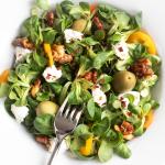 Vogerlsalat mit Oliven und Ziegenkäse